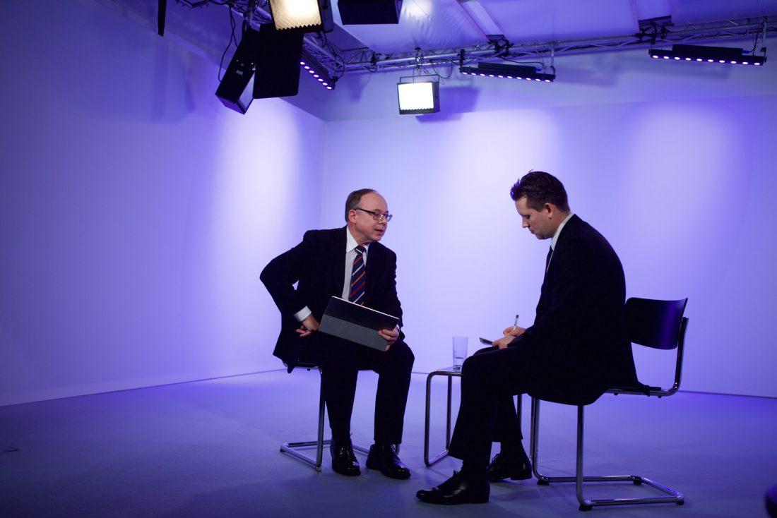 Backstage Aufnahme, Vorbereitung von Interview für Corporate Video in MietstudioLeipzig