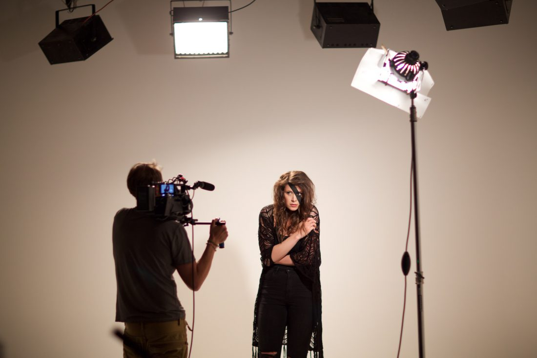 Whitescreen Hohlkehle backstage bei Musikclipproduktion im Mietstudio Leipzig