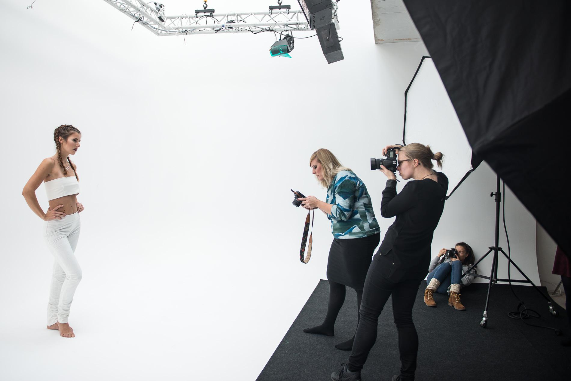 Fotografinnen Nachmittag mit Bloggerin Anne-Katrin Hutschenreuter von annabel-sagt.de, Fotografinnen Susann Jehnichen und Mona Lutz und Model Theresa Erben im Studio Leipzig